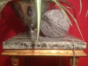 Månadens garn spunnet i hundull, alpacka och silke. Foto: Irene Andersson / Spinn Dotter Min